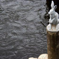 Скульптура зайчика возле Иоанновского моста