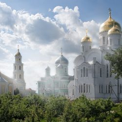 Названы самые популярные места для паломничества в России