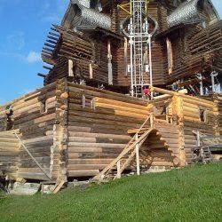В Кижах реставрируется деревянная церковь