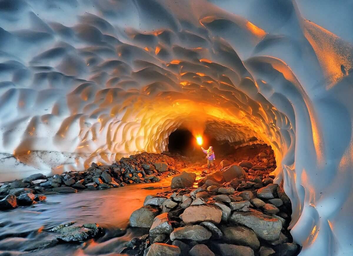 Ледниковые пещеры в районе вулкана Мутновский, Россия