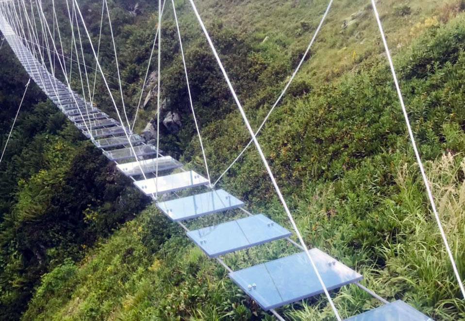 Подвесной мост с прозрачными ступенями появился в сочинских горах